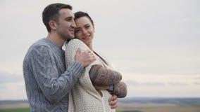 Nette reizende Paare stehen in den Umarmungen auf dem Abgrund eines Felsens 4K stock video