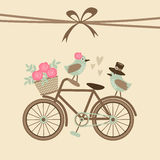 Nette Retro- Hochzeit oder Glückwunschkarte, Einladung mit Fahrrad, Vögel Stockfotos
