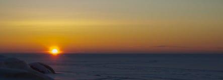 Nette rosenrote helle des Sonnenuntergangs erleuchten vibrierende Landschaften lizenzfreie stockfotos