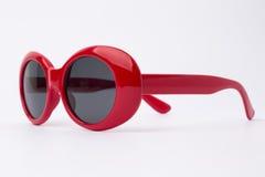 Nette rote runde Sonnenbrille auf weißem Hintergrund Stockfotos