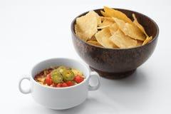 Nette rote Salsa und Corn chipe auf wei?em Hintergrund stockbilder