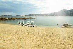 Nette Sandstrandküste und Strandstuhl Lizenzfreie Stockfotografie