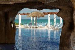 Nette schöne Ansicht des Luxusswimmingpools und des natürlichen tropischen Hintergrundes Lizenzfreie Stockfotos