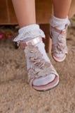 Nette Schuhe und Fahrwerkbeine des asiatischen Mädchens lizenzfreie stockbilder