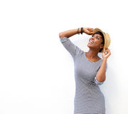 Nette schwarze Frau, die mit Hut lächelt Lizenzfreie Stockfotografie