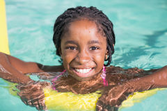 Nette Schwimmen des kleinen Mädchens im Pool Stockbild