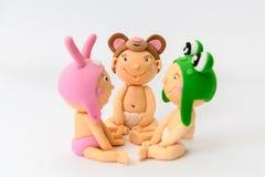 Nette selbst gemachte sugarpaste Babys mit Tierhüten stockfotos