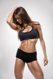 Nette sexy Eignungsfrau, die Bauchmuskeln zeigt lizenzfreies stockbild
