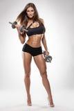Nette sexy Frau, die Training mit Dummköpfen tut lizenzfreie stockbilder
