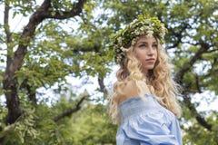 Nette sexy herrliche kaukasische Frau im sinnlichen Kleid auf Mädchen p Lizenzfreie Stockfotos
