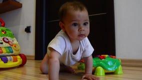 Nette sieben Monate alte Baby, die das Kriechen, statischen Schuss lernen stock video