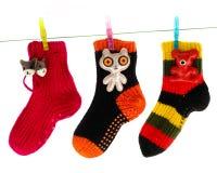 Nette Socken, die an einer Kleidung-Zeile hängen Lizenzfreie Stockfotografie
