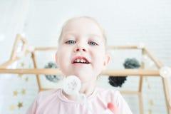 Nette Spiele des kleinen Mädchens mit Seifenblasen stockbilder