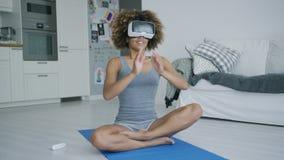 Nette Sportlerin in VR-Gläsern zu Hause stock footage