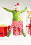 Nette springende Elfe mit Geschenken im bacground Lizenzfreie Stockfotos
