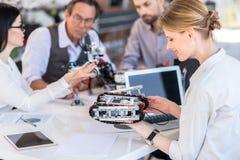 Nette starke Gruppe Wissenschaftler, die im Büro arbeiten stockfotografie