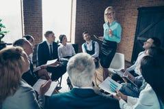 Nette stilvolle attraktive nette Experten, die auf Wirtschaftswissenschaftlergeschäftsführerfinanzieranalytiker-Datenbericht höre stockbilder