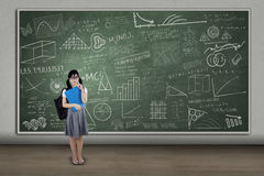 Nette Studentin an der Klasse lizenzfreies stockfoto