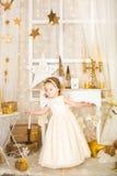Nette Tänzerin in den Golddekorationen Lizenzfreie Stockfotos