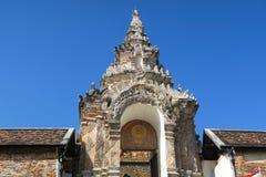 Nette Türen der Eintritt zum Tempel stockbilder