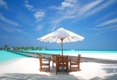 Nette Tabelle auf den weißen Sanden von einer Maldives-Insel Stockfotos