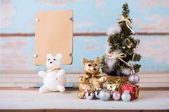 Nette Teddybären und Weihnachtsdekorationen mit braunem Papier für Lizenzfreie Stockfotos