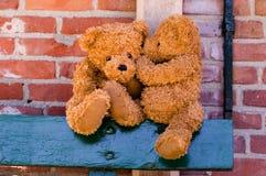Nette teddybears, die ein Geheimnis teilen stockfoto
