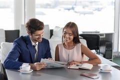 Nette Teilhaber, die auf Flug warten Lizenzfreie Stockbilder