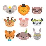 Nette Tiere mit lustigem Zubehör Karikaturzoo Satz Hand gezeichnete lächelnde Charaktere Katze, Löwe, Panda, Hund, Tiger, Rotwild Stockfoto