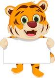 Nette Tigerkarikatur, die leeres Zeichen hält lizenzfreie abbildung