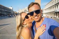 Nette Touristen, die selfie Foto in Venedig machen lizenzfreie stockbilder