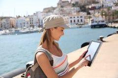 Nette touristische Frau, die gps auf Tablette verwendet Lizenzfreies Stockfoto