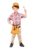 Nette tragende Funktionskleidung und -holding des kleinen Jungen ein Schlüssel Stockbilder