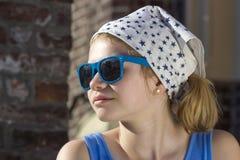 nette tragende Sonnenbrille des kleinen Mädchens Stockbilder