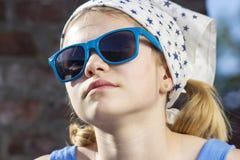 Nette tragende Sonnenbrille des kleinen Mädchens Stockfotos