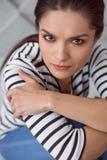 Nette traurige Frau, die Sie betrachtet Lizenzfreies Stockfoto