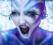 Nette und agry schreiende Frau Kreativ bilden Sie auf Mode-Modell lizenzfreie stockfotografie
