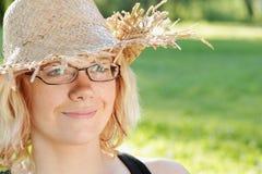 Nette und freundliche, hübsche Frau mit Hut Stockfoto