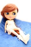 Nette und schöne Puppe im Kleid Lizenzfreie Stockfotografie