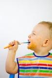 Nette unordentliche essende Säuglingsseite ein Stockfoto