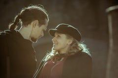 Nette Verhältnisse, Paare in der Liebe, blondes Mädchen in der Kappe, lächelnde Frau, leidenschaftliches Paar Stockfotos