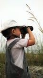 Nette Verschlussanlagen des kleinen Jungen mit Kamera stockfotografie