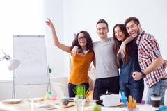 Nette vier Kollegen feiern ihren Erfolg Lizenzfreie Stockfotos