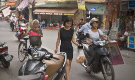 Nette vietnamesische Mädchen in den Straßen von Hanoi Lizenzfreies Stockbild
