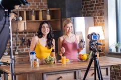 Nette weibliche Bloggers, die ein Video notieren Stockfoto