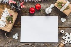 Nette Weinleseweihnachtsneujahrsgeschenke verspotten oben an Lizenzfreie Stockbilder