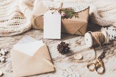 Nette Weinleseweihnachtsneujahrsgeschenke verspotten oben an Lizenzfreies Stockbild