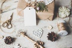 Nette Weinleseweihnachtsneujahrsgeschenke verspotten oben an Stockbilder
