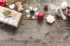 Nette Weinleseweihnachtsneujahrsgeschenke verspotten oben an Stockfoto