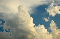 Nette Wolken im blauen Himmel Lizenzfreie Stockbilder
